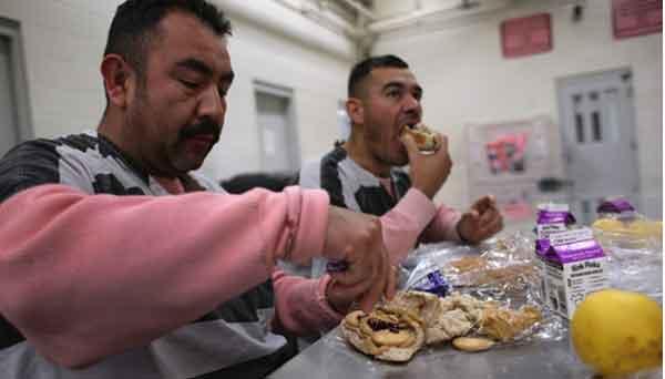 """האסירים בארה""""ב מגלים את האוכל הכשר / ליזט אלווארז, ניו יורק טיימס"""